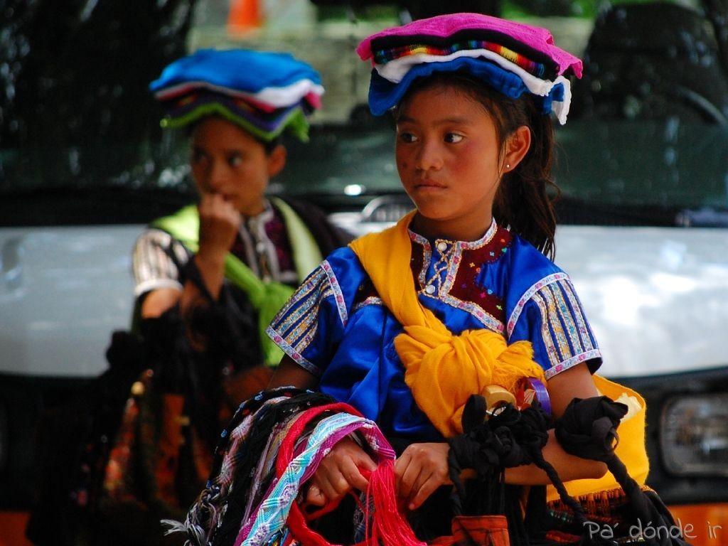 Niñas maya venden souvenirs en Palenque