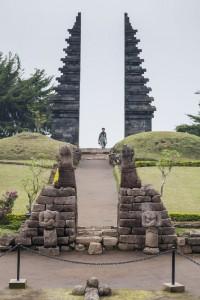 Vista de la puerta principal desde el templo Cetho