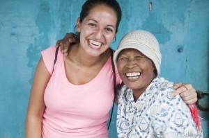 Tania junto a vendedora en el Kraton Surakarta