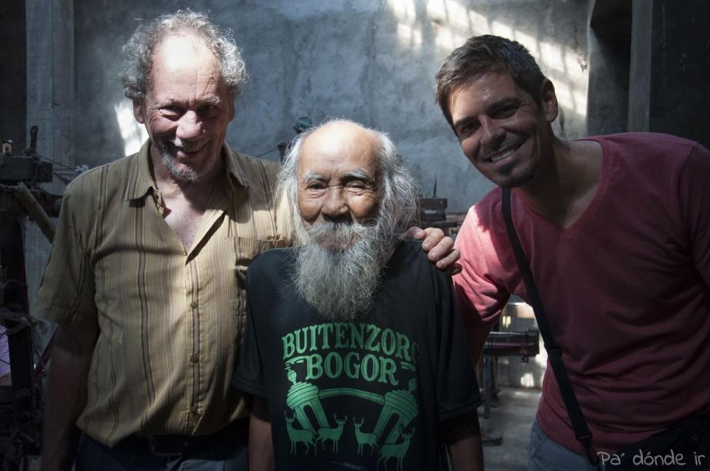 Michael y Rayco con el dueño de la fábrica
